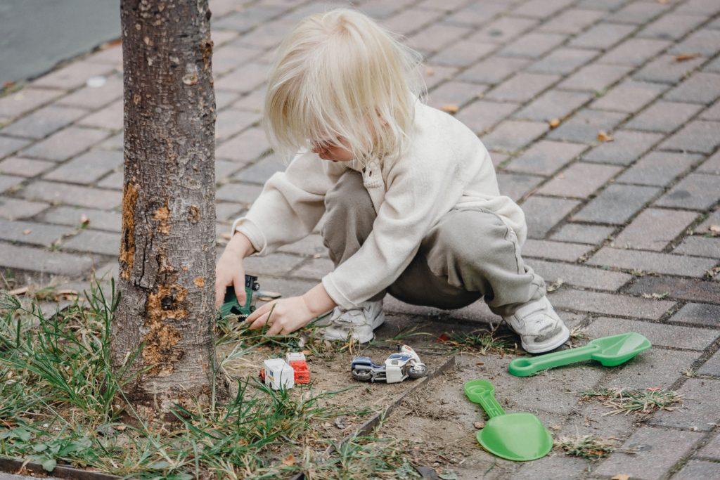 bzoo.ch enfant qui joue dans la terre